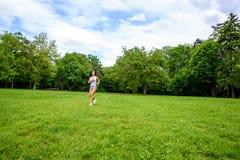 美丽的年轻运动的女孩在公园 库存照片