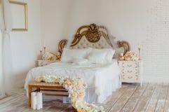 美丽的床,卧室内部 免版税库存照片