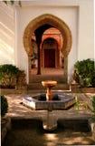 美丽的庭院和喷泉在摩尔人宫殿,南西班牙 免版税库存图片