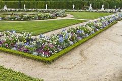 美丽的庭院在一个著名宫殿凡尔赛 免版税库存照片