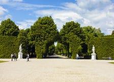 美丽的庭院在美泉宫,维也纳 免版税库存图片