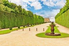 美丽的庭院在著名凡尔赛宫(大别墅de Ve 免版税库存照片