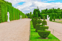 美丽的庭院在著名凡尔赛宫 免版税库存照片