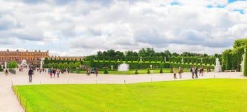 美丽的庭院在著名凡尔赛宫Chateau de V 免版税库存图片