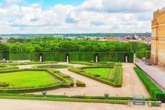 美丽的庭院在著名凡尔赛宫Chateau de V 免版税库存照片