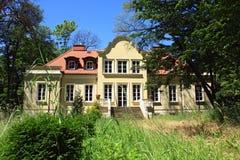 美丽的庭院豪宅 免版税库存照片