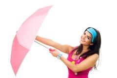 美丽的开放桃红色伞妇女年轻人 免版税库存照片