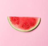 美丽的开胃时尚舱内甲板在桃红色b放置新鲜的西瓜 免版税图库摄影