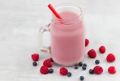 美丽的开胃菜桃红色莓和蓝莓果子smoothi 免版税库存图片