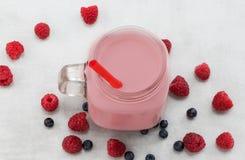美丽的开胃菜桃红色莓果子圆滑的人或奶昔 免版税库存图片