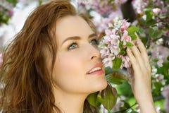 美丽的开花果树园妇女 免版税图库摄影