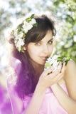 美丽的开花的庭院女孩是 库存照片