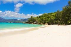 美丽的异乎寻常的热带海滩风景在 库存图片