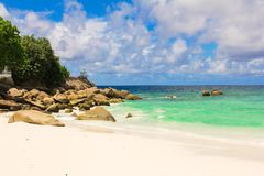 美丽的异乎寻常的热带海滩风景在 免版税库存图片
