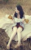 年轻美丽的异常的女孩说明在领域的概念性想法 免版税库存图片
