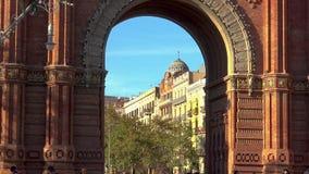 美丽的弧在西班牙的Bracelona 许多旅游走在曲拱前面 Arc de Triumfo 27 11 2018年西班牙 股票录像