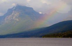 美丽的彩虹说谎在冰河山 免版税库存照片