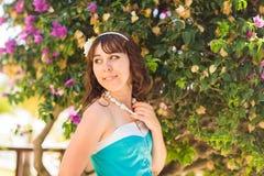 年轻美丽的微笑在热带海岛上的妇女新面孔室外时尚画象夏天样式获得乐趣  免版税库存照片