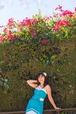 年轻美丽的微笑在热带海岛上的妇女新面孔室外时尚画象夏天样式获得乐趣  免版税图库摄影