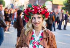 美丽的微笑的乌克兰妇女佩带的花花圈 免版税图库摄影