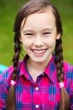 美丽的微笑的十几岁的女孩 免版税库存图片