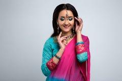 美丽的微笑的印地安女孩画象  与传统首饰集合的年轻印地安妇女模型 免版税库存照片