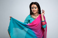 美丽的微笑的印地安女孩画象  与传统首饰集合的年轻印地安妇女模型 库存照片