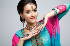 美丽的微笑的印地安女孩画象  与传统首饰集合的年轻印地安妇女模型 库存图片