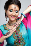 美丽的微笑的印地安女孩画象  与传统首饰集合的年轻印地安妇女模型 免版税图库摄影