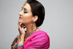 美丽的微笑的印地安女孩画象  与传统首饰集合的年轻印地安妇女模型 图库摄影