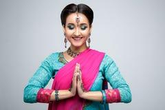 美丽的微笑的印地安女孩画象  与传统首饰集合的年轻印地安妇女模型 免版税库存图片