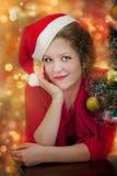 美丽的微笑的圣诞老人妇女 免版税图库摄影