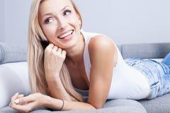 美丽的微笑的夫人在家 免版税库存图片