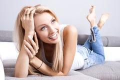 美丽的微笑的夫人在家 免版税库存照片