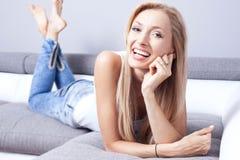 美丽的微笑的夫人在家 免版税图库摄影