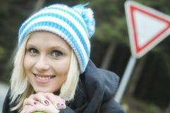 美丽的微笑的女孩冬天画象  免版税库存图片