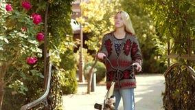 美丽的微笑的女孩在公园骑自行车 假日室外假期旅行   E 股票录像