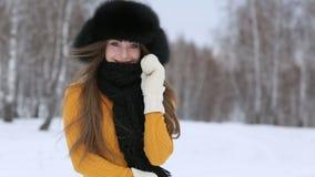 美丽的微笑的女孩户外在冬天 影视素材