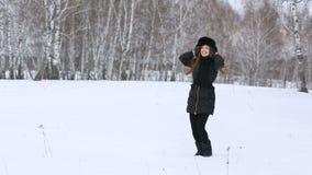 美丽的微笑的女孩户外在冬天 股票视频