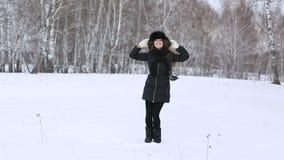 美丽的微笑的女孩户外在冬天 股票录像