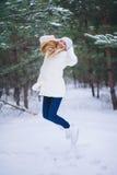 年轻美丽的微笑的女孩画象在冬天森林里 库存照片