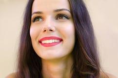 美丽的微笑的女孩画象有长的黑发的 免版税库存照片