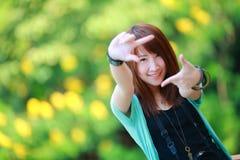 美丽的微笑的女孩画象,夏天绿色公园的 免版税库存照片