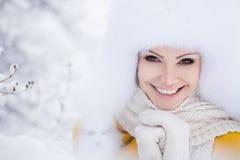 美丽的微笑的妇女冬天画象有雪花的在白色毛皮 库存照片