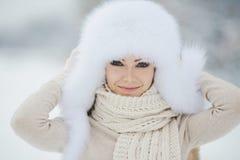 美丽的微笑的妇女冬天画象有雪花的在白色毛皮 库存图片