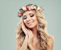 美丽的微笑的妇女年轻人 与花发型的模型 库存照片