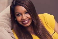 美丽的微笑的妇女年轻人 免版税库存照片