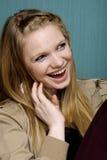 美丽的微笑的妇女年轻人 免版税库存图片