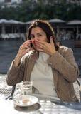 年轻美丽的微笑的妇女谈话在手机 库存照片