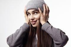 美丽的微笑的妇女年轻人 冬天心情 愉快的面孔情感 库存图片